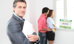 un-agent-immobilier-pour-soccuper-des-visites-et-discuter-du-prix